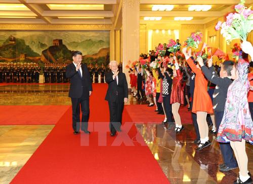 Tổng Bí thư Nguyễn Phú Trọng và Tổng Bí thư, Chủ tịch nước Trung Quốc Tập Cận Bình vẫy chào các cháu thiếu nhi tại lễ đón. (Ảnh: Trí Dũng/TTXVN)