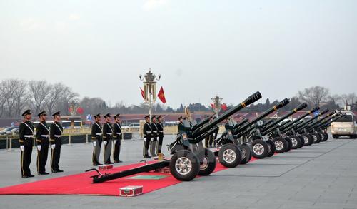 Đạn pháo vừa được bắn chào mừng chuyến thăm chính thức Trung Quốc của Tổng Bí thư Nguyễn Phú Trọng. (Ảnh: Vĩnh Hà/Vietnam+)
